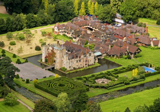 Vista aérea do terreno do Castelo. Nele podemos ver o lago, os jardins e o labirinto.