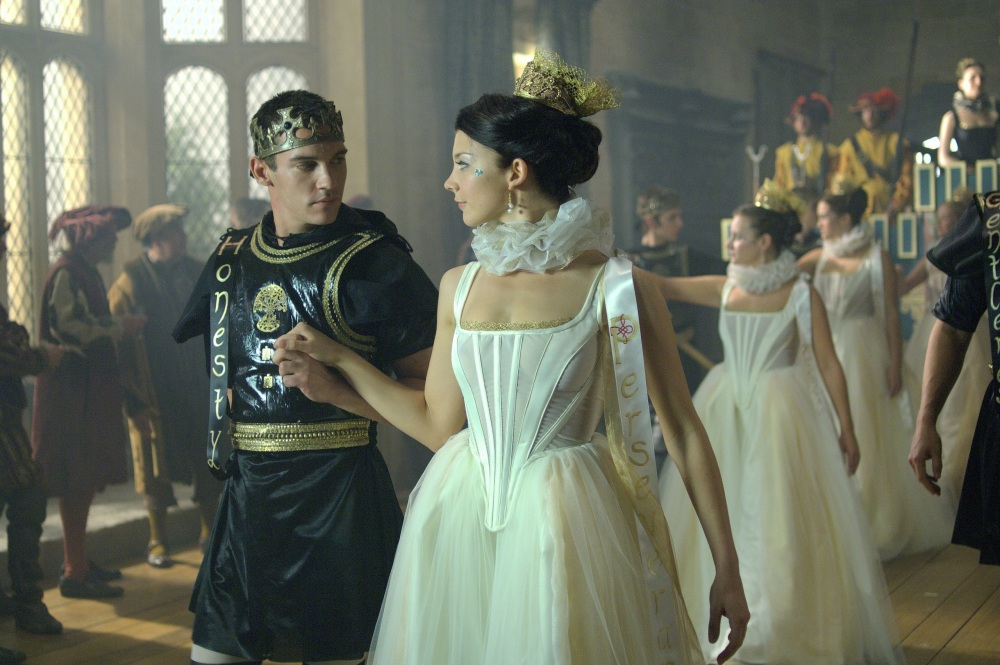 Cena da série The Tudors representando um fictício encontro entre Ana Bolena e Henrique VIII.