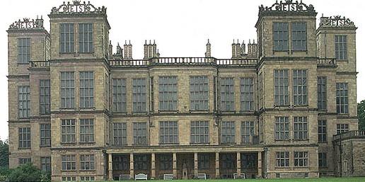 Hardwick Hall, a grande mansão elisabetana em Derbyshire com enormes janelas por todos os lados, foi motivo de chacota na época por ter mais vidros que paredes.