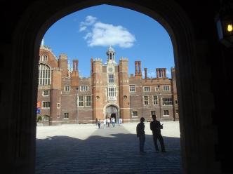 Um dos portões de Hampton Court Palace- Fonte da imagem: Google