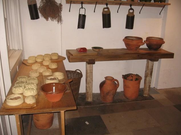 Toetas sendo feitas em uma cozinha Tudor.  Foto de: www.nowpublic.com