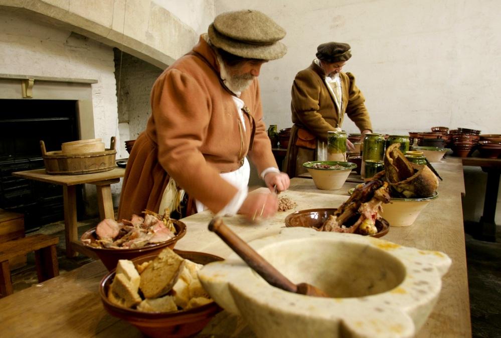 Cozinheiros Tudor em ação. Foto por: www.threestalbanslodge.co.uk