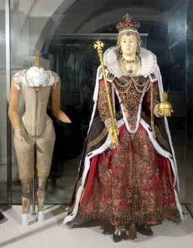 Efígie de cera e madeira de Elizabeth I e à sua esquerda seu corset, em exposição na Abadia de Westminster.