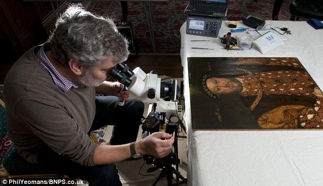 Ian Tyers, realizando um meticuloso estudo que data os anéis de carvalho dos painéis do retrato.